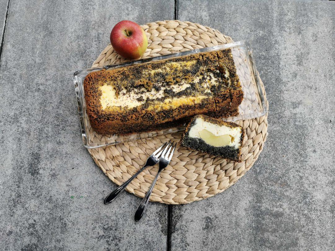 Käsekuchen mit Mohn und Apfel ist ein genial einfacher Kastenkuchen, den man probiert haben muss. Optisch ein Highlight ist der versunkene Apfel in der Mitte