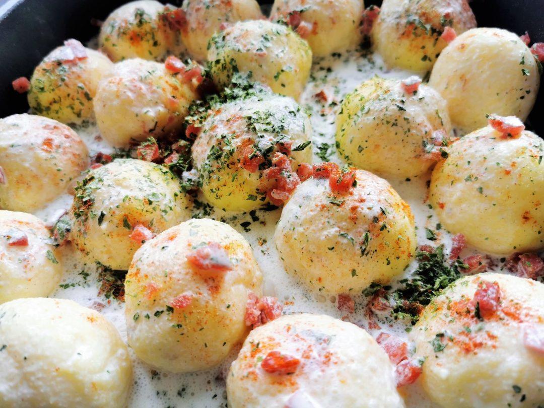 Ein tolles Rezept für Kartoffelkloßteig: Knutschis in Sahne mit Käsekruste