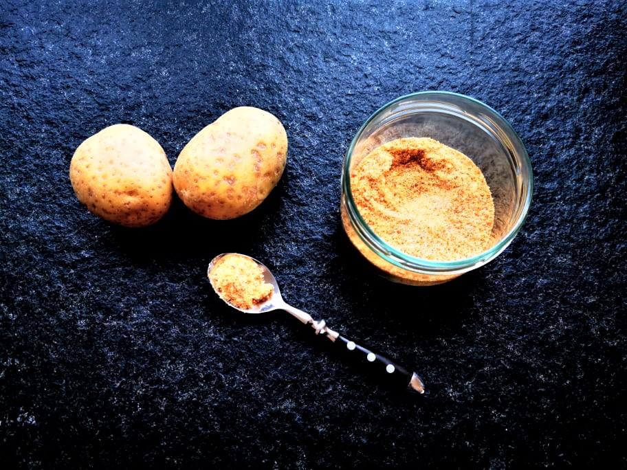 Pommessalz selber machen? Mit diesem Rezept kein Problem. Einfach, schnell und gelingsicher kannst du dir die Gewürzmischung selber mixen, die deine Pommes Frites unverwechselbar machen!