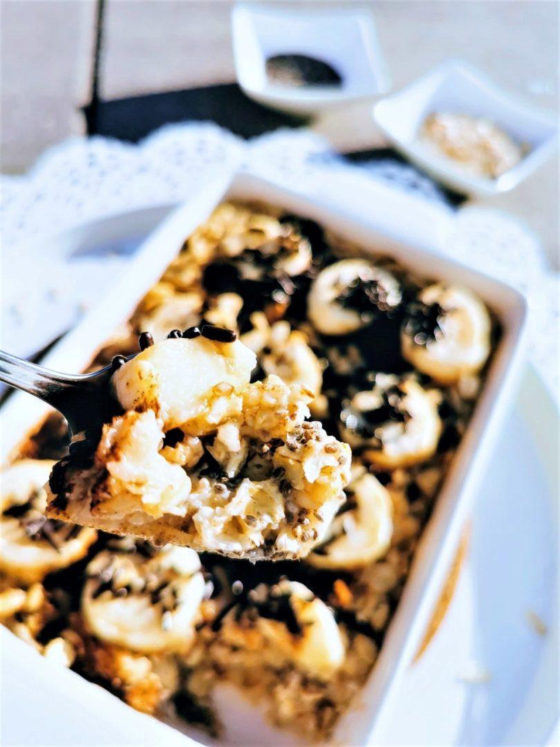 leckeres Oatmeal aus dem Ofen. Frische Bananen und Schokostreusel harmonieren perfekt mit den Haferflocken und der Reismilch