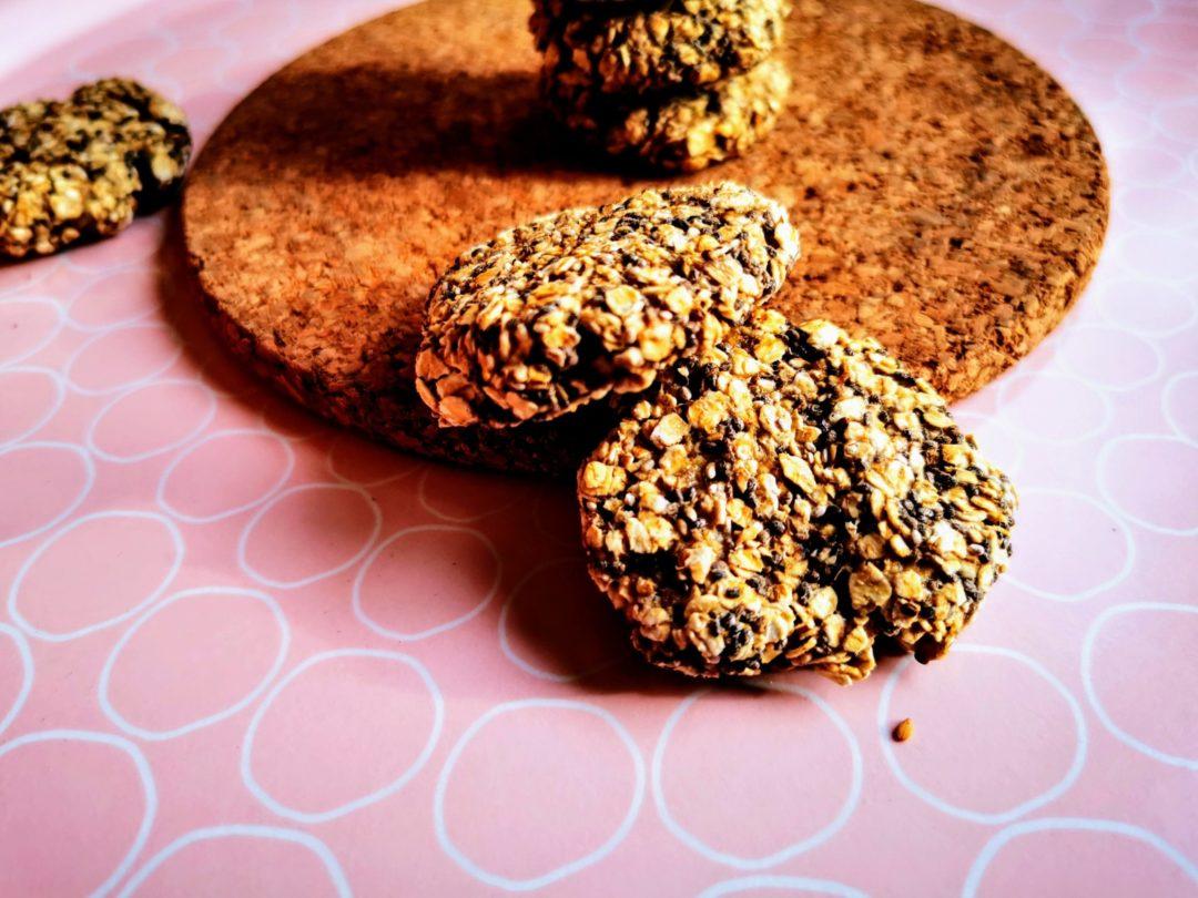 Vegane Frühstückskekse backen - ein einfaches Rezept, das sich lohnt, wenn es mal wieder schnell gehen muss. Zuckerfrei und vegan.